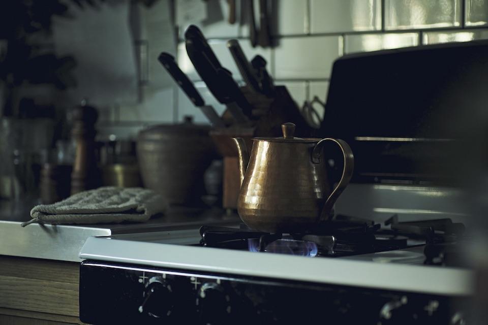 すべて手作業で作られた美しいケトルは、熱伝導率のいい銅製。