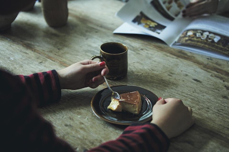 プリンと並ぶのは、ゆららさんが淹れたコーヒー。雅姫さんがカフェオーナーの友人に淹れ方を教わる様子を見て、自然と自分から淹れるように。今では大のコーヒー好きだという。
