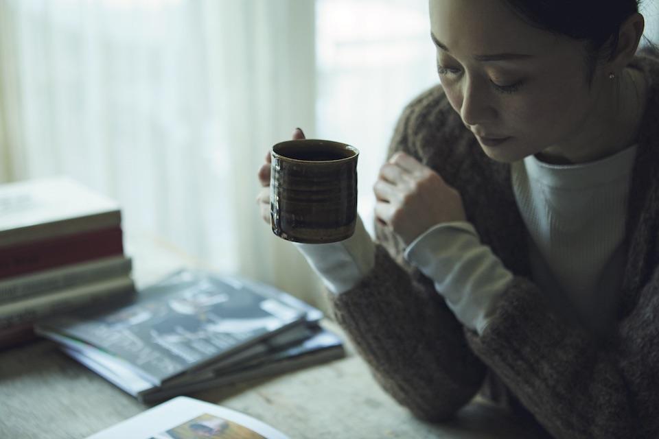 手にしているのは益子の陶芸家、宮田竜司のマグカ ップ。その日の気分に合わせて器を選ぶのも楽しみのひとつ。