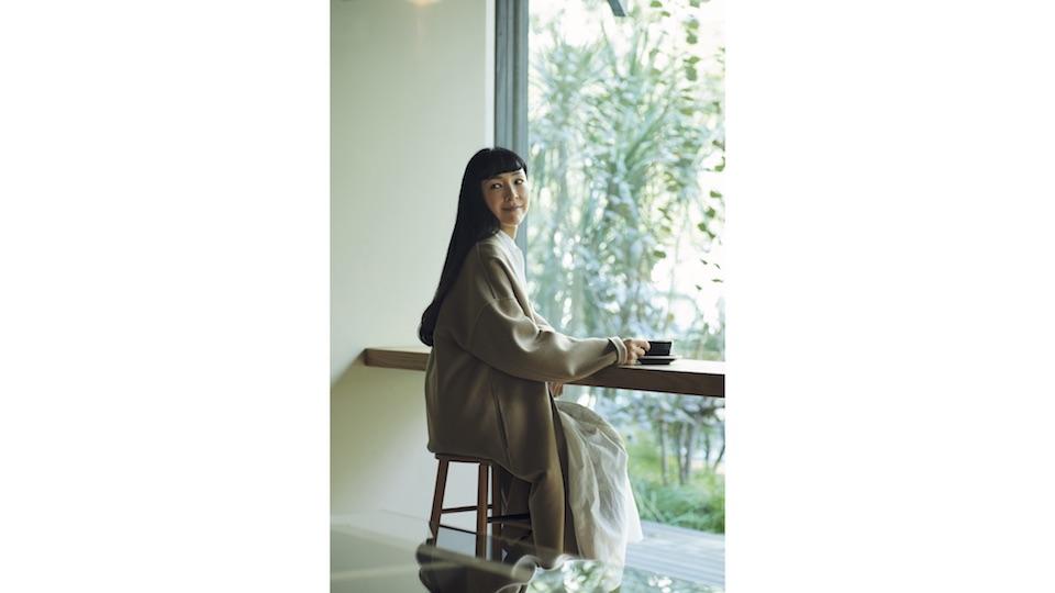 この日は、窓際のカウンター席に座った麻生さん。外の緑を眺めながら、ゆったりと過ごすコーヒータイムが好きだという。コート¥138,000、ワンピース¥58,000(ともにトゥジュー 代官山ストア ☎03‒5939‒8090) その他スタイリスト私物