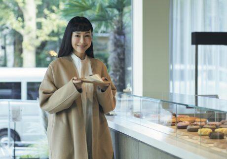麻生久美子さんのコーヒーライフ。「緑を眺めながら、大好きなカフェラテを」