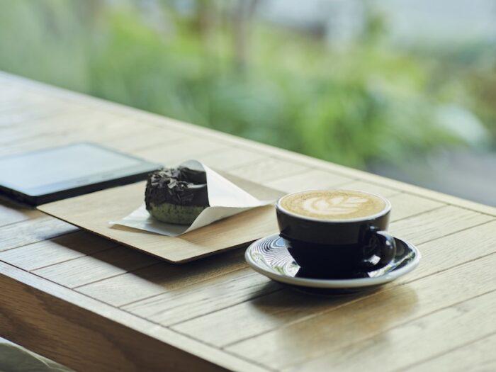 お気に入りはホットカフェラテ。店では代々木公園にあるコーヒースタンド『リトルナップコーヒー』の豆を使用している。