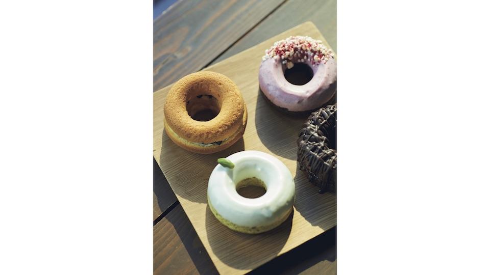 揚げる・焼く・蒸すなど、さまざまな製法で実験的な焼き菓子を手がける『ホーカスポーカス』のカラフルなドーナツ。