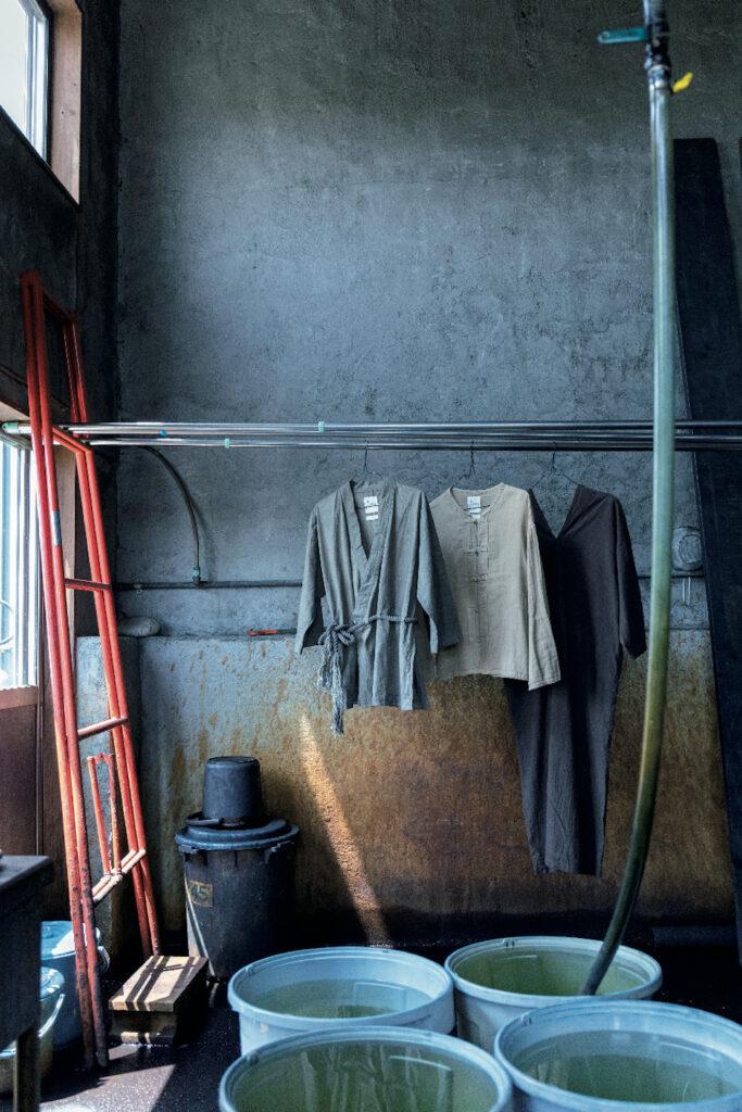 福岡県の宝島染工にて。右から、泥染めのド レス¥52,000、草木染めのチャイナジャケット¥44,000、 ドレスと同素材のジャケットは墨染め¥48,000。