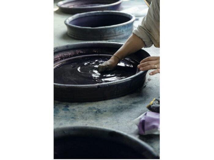 工房内には藍染めの甕(かめ)が4 つ。発酵液は生きた染料なので、日々コンディションが変わる。