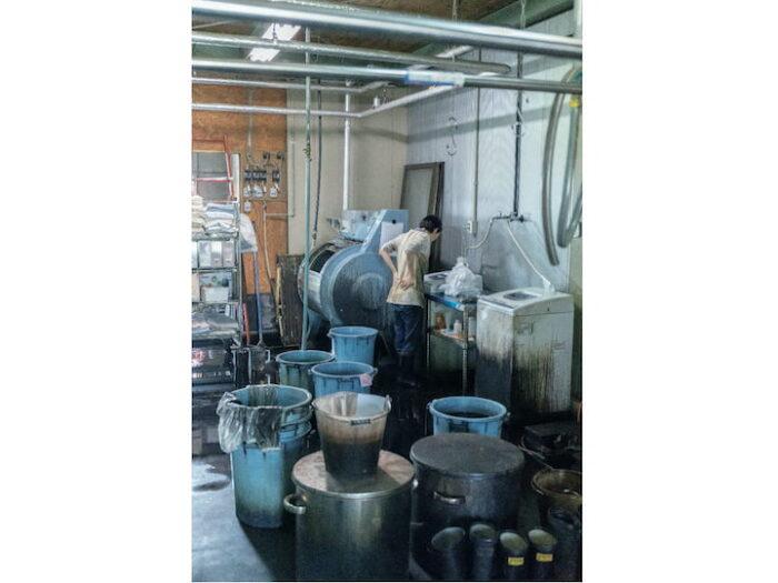 ここでは藍染め、墨染め、草木染めなどの天然染料を扱う。 若いスタッフも多い。