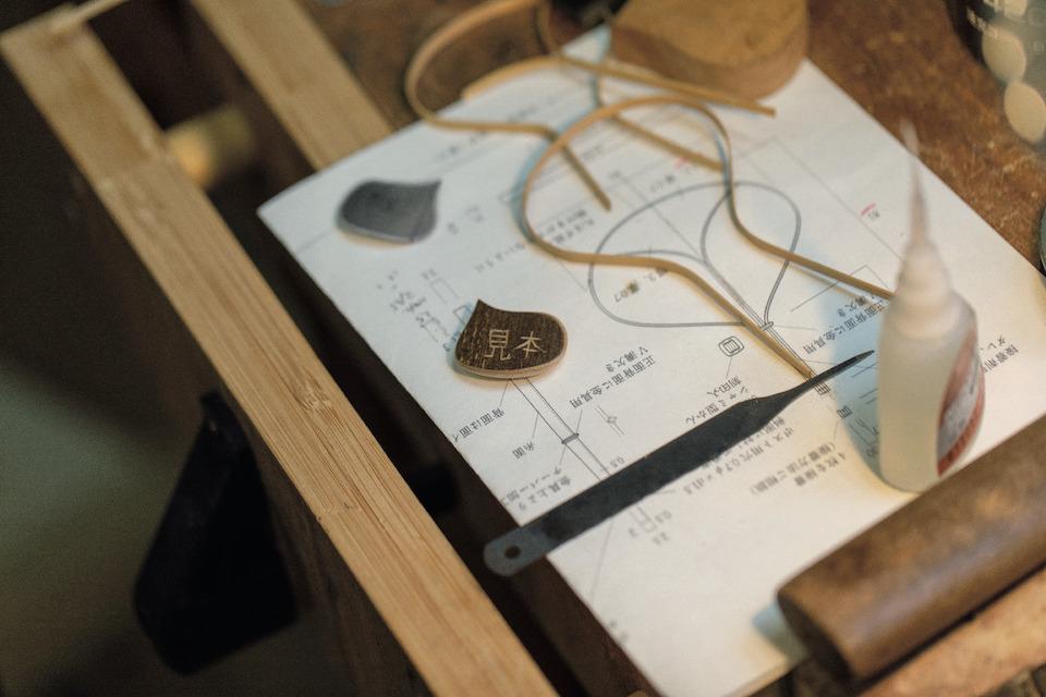 伊藤さんが竹職人の髙波義さんに渡した新作の設計図。図面とプロト タイプが職人との間を何度も行き来する。