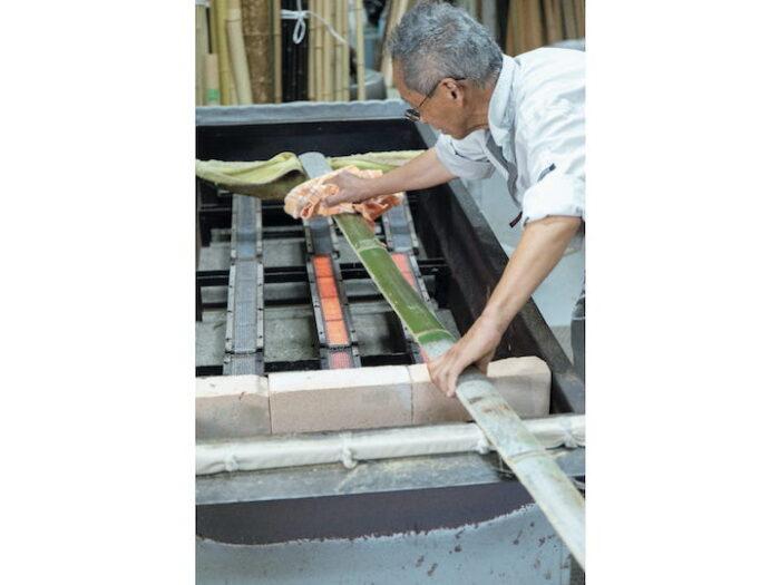 『清水銘竹店』では竹林の管理や加工を行う。伐竹を行ったものは保管、油抜き、天日干しな どの加工をして、竹材や竹製品に。京都ならではの油抜きを見せてもらう。