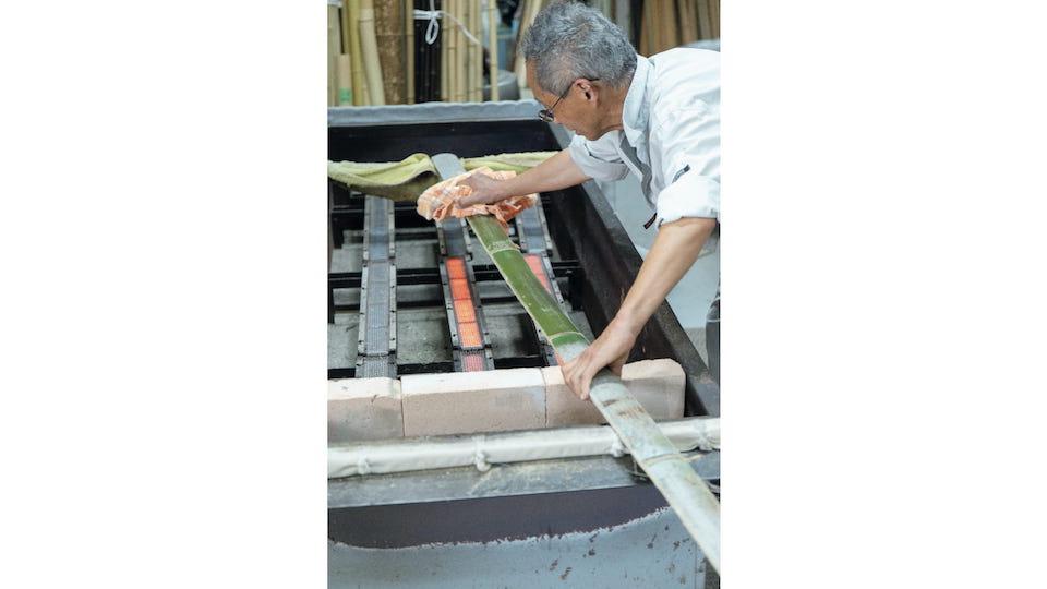 『清水銘竹店』では竹林の管理や加工を行う。伐竹を行ったものは保管、油抜き、天日干しなどの加工をして、竹材や竹製品に。京都ならではの油抜きを見せてもらう。