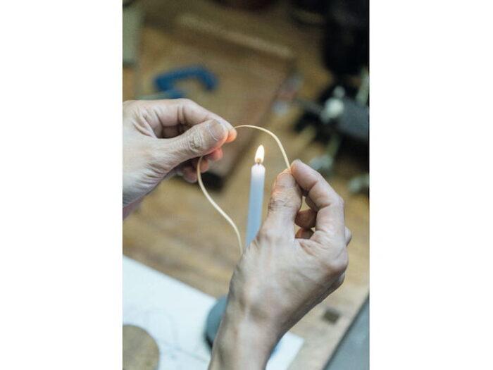 髙波さんの工房で一連の作業を見学。細い竹をカーブさせるのはロウソ クの火を使う。プロトタイプの精度も高い。「私のイメージするデザインを形にしてくださるの でありがたいです」