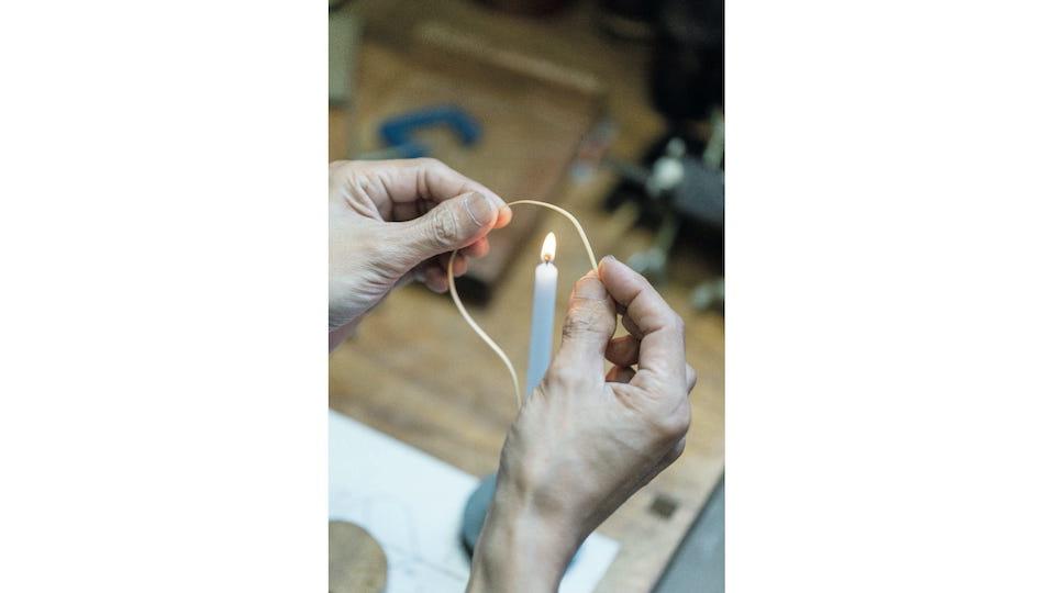 髙波さんの工房で一連の作業を見学。細い竹をカーブさせるのはロウソクの火を使う。プロトタイプの精度も高い。「私のイメージするデザインを形にしてくださるのでありがたいです」