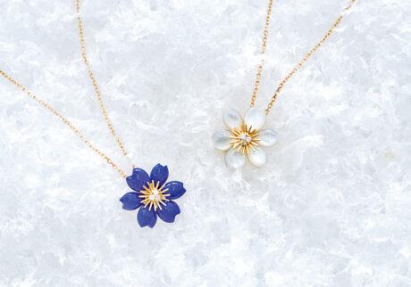 冬に咲く花がモチーフのジュエリー。