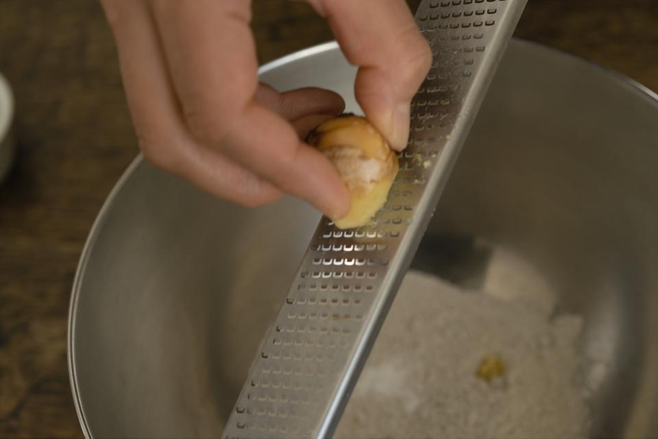 1. ボウルにライ麦、重曹、塩を入れ、ジンジャーをすりおろす。