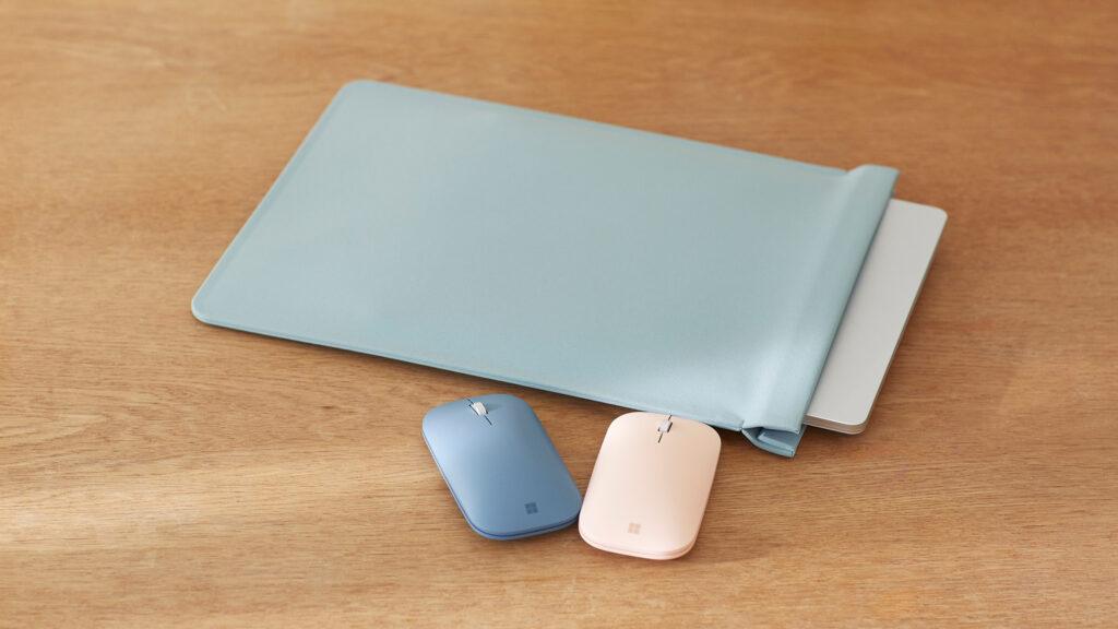 マウスや専用ケースなどアクセサリも充実。スリムなモバイルマウスはマットな質感と絶妙なカラーがラインナップ。全9色とバリエーションも豊か。Surface専用スリーブは縫い目が目立たない作りで簡単に開閉できるマグネット式。中性洗剤で汚れも落とせる素材なので、きれいな状態をキープできる。