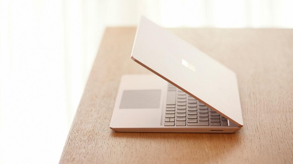 高級感のあるプレミアム素材で高い耐久性と軽量化を両立したボディ。凹凸のないシンプルな作りでありながら、USBポートが2つとヘッドフォンジャック、ACアダプターの端子としても利用できるSurface Connectも備わっており、様々な機器に接続可能。「閉じた状態から指一本で画面を開けられて、外出先でも自宅でも思い立ったときにすぐに作業がスタートできます」