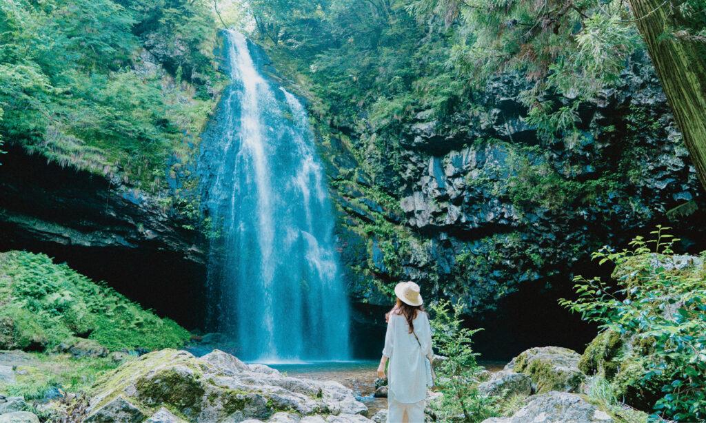 日本の滝百選に選定されている「龍頭が滝」。微細なミストに包まれた滝の周囲は、神聖な雰囲気。
