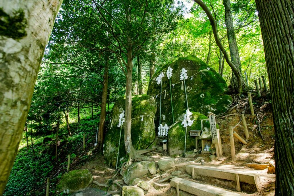 「須我神社」の奥宮である夫婦岩。山深い場所にあり、大地の力を感じられる。