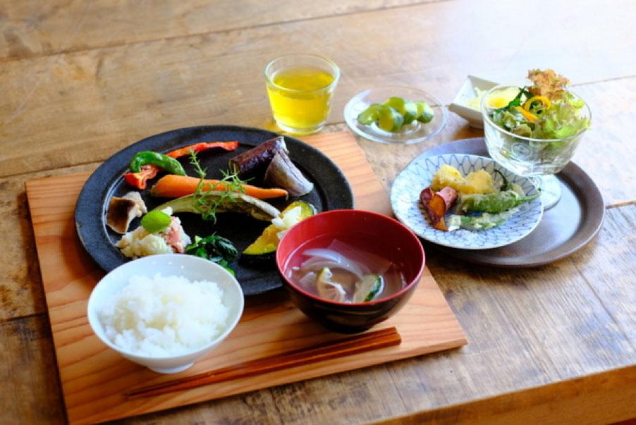 たっぷり野菜が食べられる『糧(かて) ハタガサコ×72recipes』のランチ。