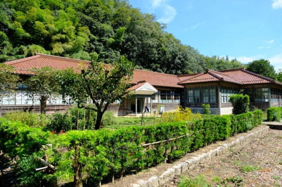 「医食の学び舎」(旧畑迫病院)。隣には国指定名勝に指定された「旧堀氏庭園」があり、周辺一帯が文化財になっている。