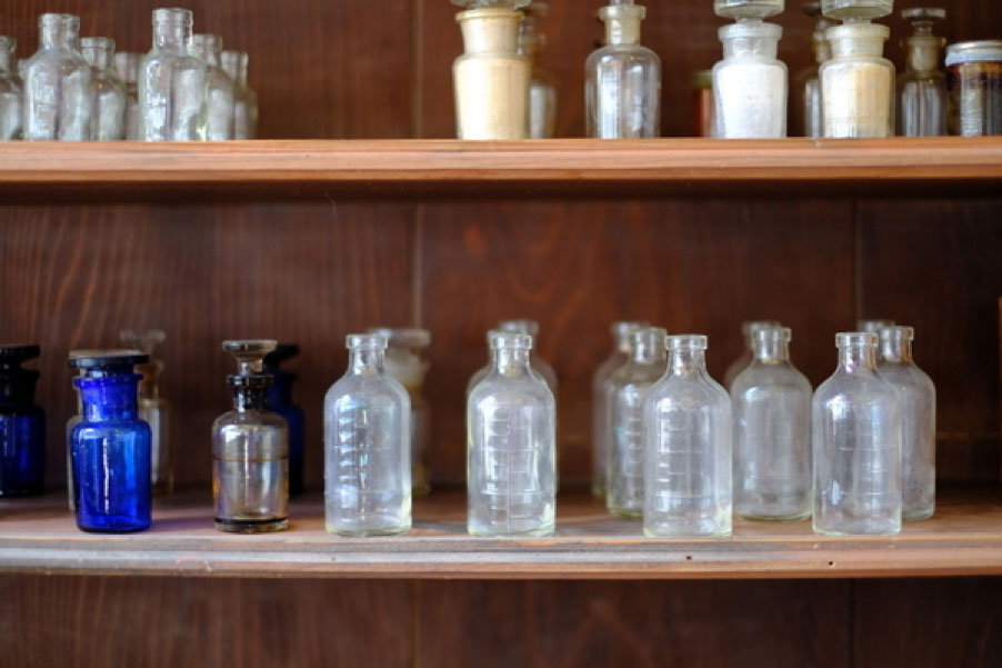 「旧畑迫病院展示室」の昭和初期の病院を復元した部屋。レトロなガラス瓶が可愛らしい。