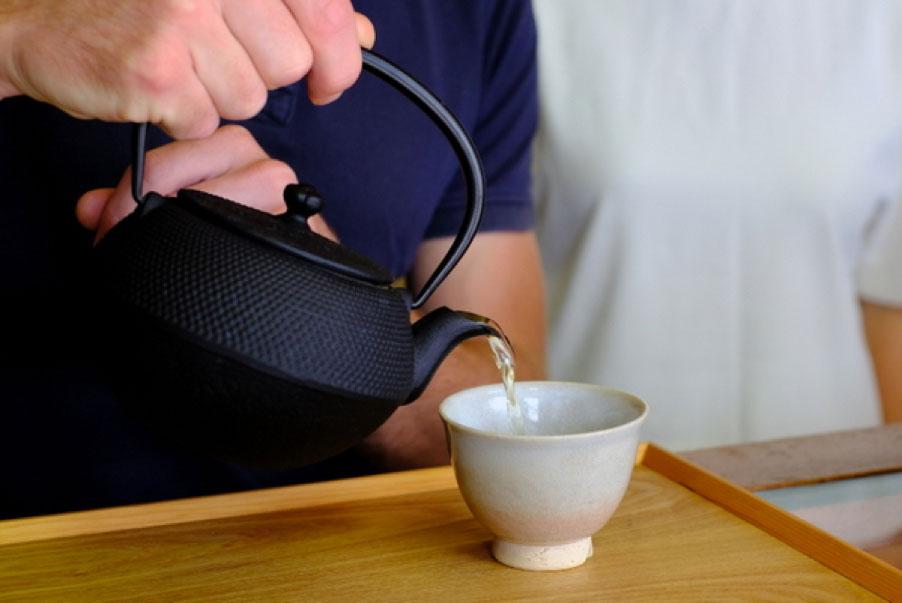 『香味園 上領茶舗』で、むくみを解消し、体脂肪の吸収を抑える効果があるという「ざら茶」を。香ばしい香りとまろやかな甘味が特徴。