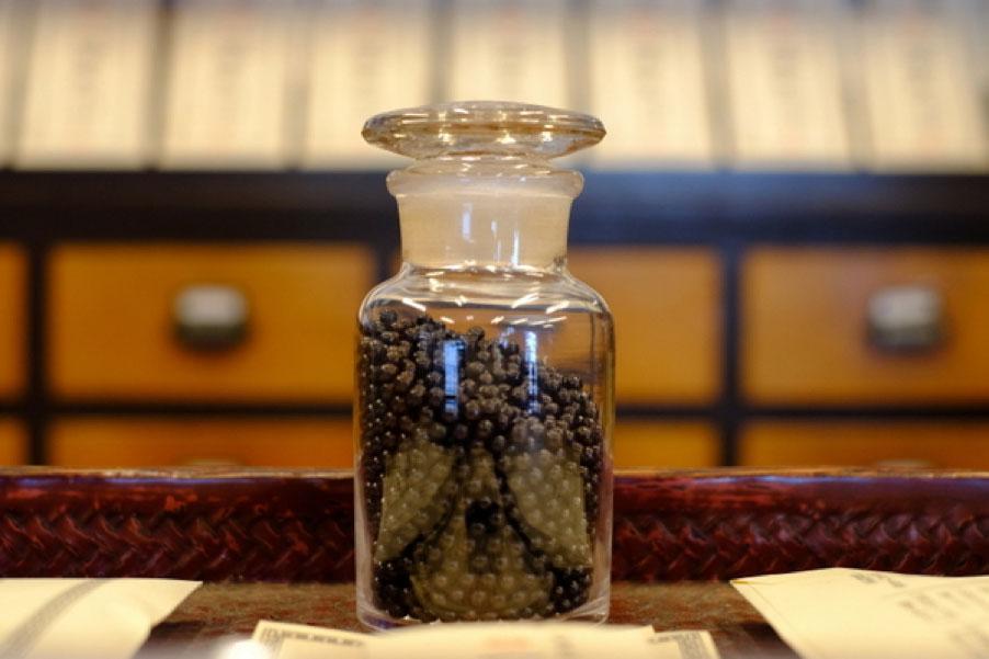 漢方薬舗『高津屋伊藤博石堂』の胃腸薬「一等丸」。天然の生薬を配合した丸薬は、良い香りを放つ。