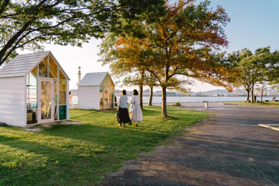 湖畔には夕日が綺麗なときのみオープンするカフェ『宍道湖サンセットカフェ』がある。運が良ければ、遭遇できるかも。