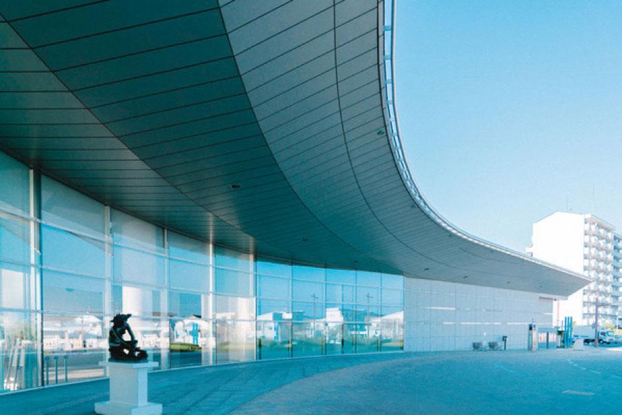 建築家・菊竹清訓の設計による「島根県立美術館」。幅広いコレクションを擁する、水との調和をテーマにした美術館。