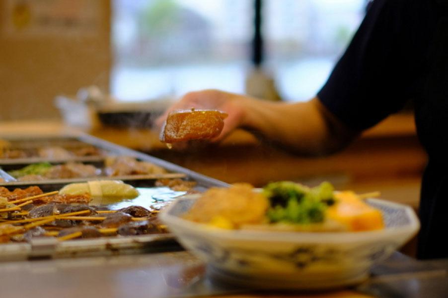 『おでん庄助』。おでんは、松江の食文化のひとつ。具材が大きく、黒田セリや春菊など、地場産の葉物が入っているのが特徴。