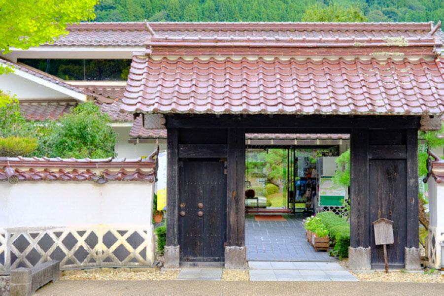 石見地方の町や集落に見られる、赤い石州瓦の家並み。この地を訪れるなら、きっと目にするはず。