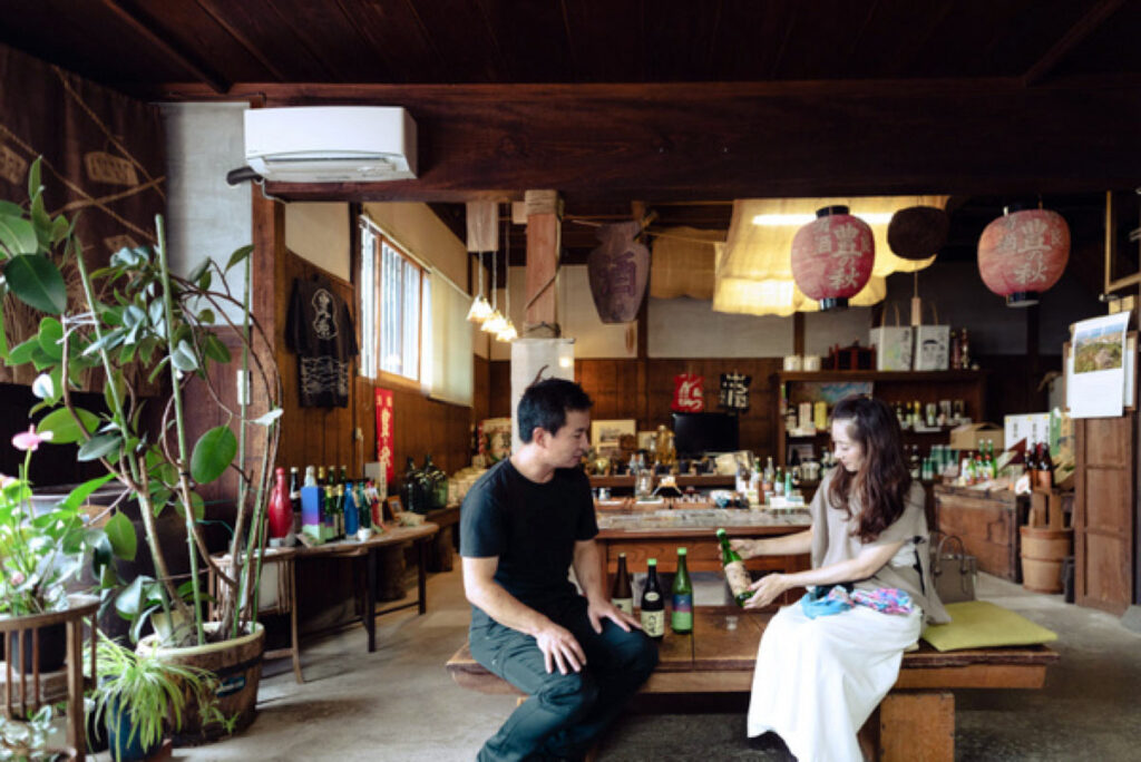 「米田酒造」の店舗。「豊の秋」をはじめとする日本酒や、梅酒などが揃い、ゆっくり試飲できる。