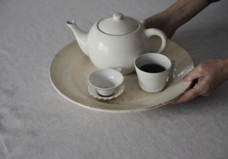 フランスのアンティークの大皿はティーセット用のトレーとして使うことも。微妙に違う白のニュアンスが繊細で美しい。