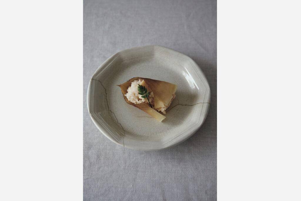 たけのこご飯をフランスのアンティーク皿に。角がありつつも丸みのあるフォルムはオリエンタルな雰囲気で和食によく合う。大胆な金継ぎの跡も渋い。