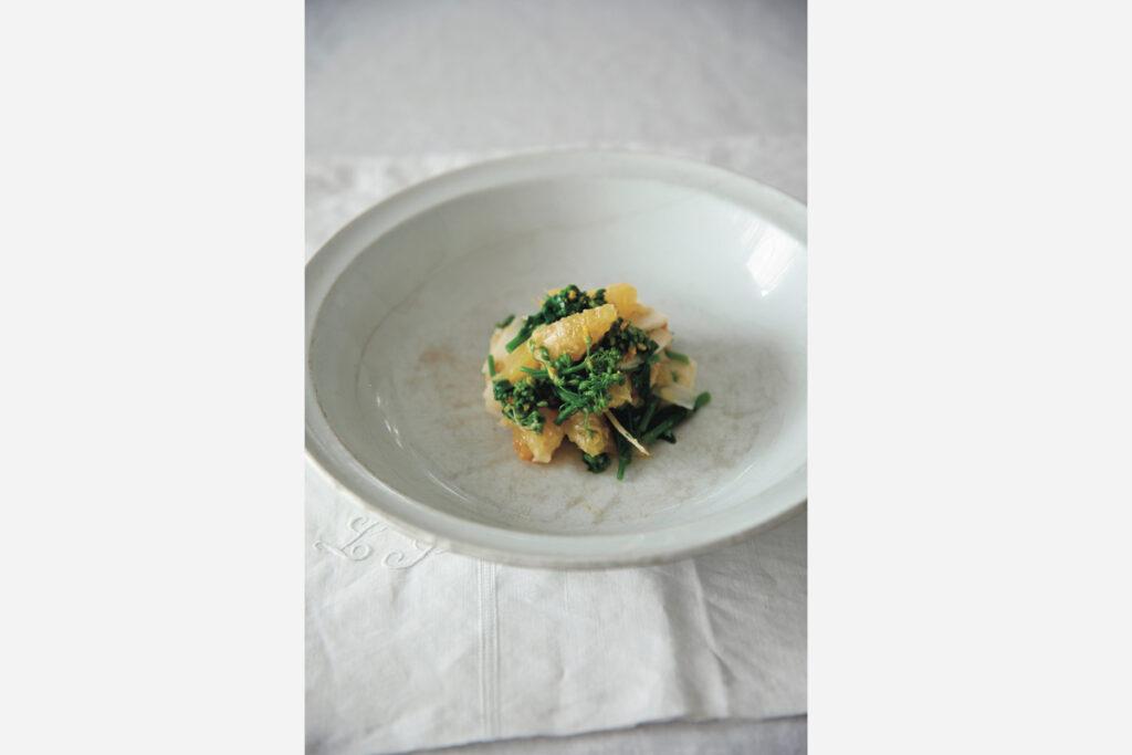 一番気に入っているフランスの古い大皿は金継ぎと貫入の表情を見せるためにあえて盛りは小さく。オレンジと菜の花の鮮やかな色を引き立ててくれる。