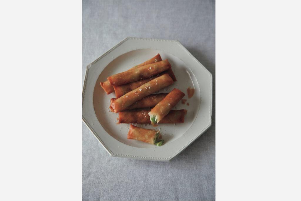 同じフランスのアンティークでもこちらは繊細で華やかな印象。ケーキなどに使うと甘くなりすぎるので、あえて春巻きなどの中華料理を盛ることが多い。