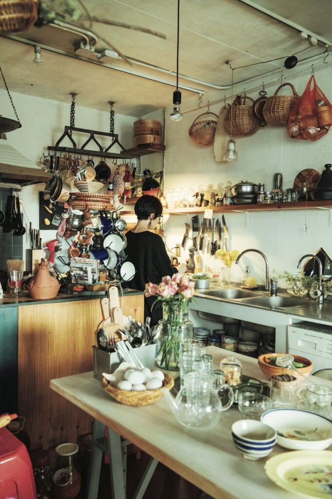 口尾麻美さんのキッチンは海外のエピスリーのような雰囲気。世界各国の日用品がここに集結。