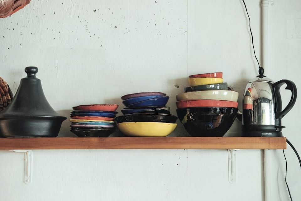 〈アトリエ1627〉の器は、南仏の伝統的な器を現代風に表現。「どんな料理にも合って、我が家も出番が多い」。日本とマルセイユで購入。