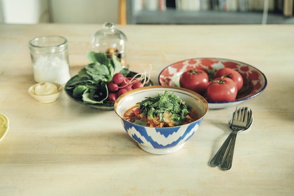 カラフルなウズベキスタンの器に、日本のうどんに似た「ラグマン」と呼ばれる郷土料理を。「日本にはあまりない、原色使いや柄に惹かれます」。ラディッシュにバターと塩を添えて。