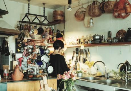 料理研究家・口尾麻美さんが、世界を旅して集めたカラフルで楽しい器。
