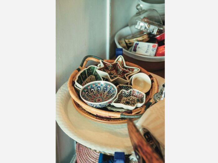 トルコのアンティークの小皿。モザイクのような柄が美しい。