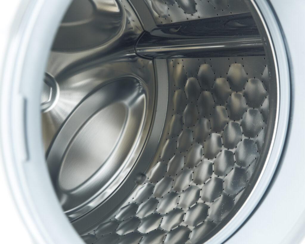 シルクのドレスからスニーカーまで優しく洗い上げる秘密は、このハニカムドラムにある。膨らんだ六角形のレリーフの上に水の膜が張られ、摩擦や衝撃を抑える。