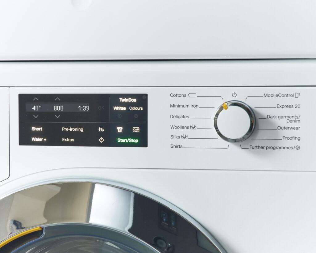 """洗濯プログラム用のコンフォートセンサー。右は自動のプログラムダイヤル。""""コットンモード""""はリネンやタオル、下着などの日用品に。温度とドラムの回転数など細かい設定も可能。"""