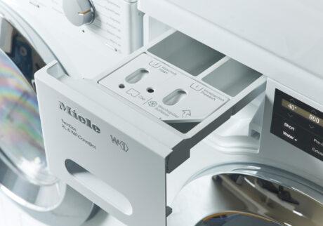 洗剤、柔軟剤の投入スロット。普段使っている好みの製品を使用できる。