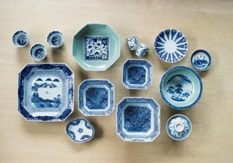 日本で初めて磁器が作られたのは、佐賀県有田。 17世紀初頭から有田を中心としたエリアで生産された古伊万里を好み、コレクションする山藤陽子さん。上質な白磁をキャンバスに、やわらかな青藍色で絵付けした図柄や文様の手仕事に惹かれ、 少しずつ購入するうちに集まった。