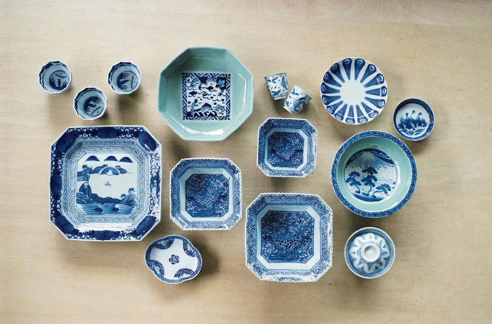 日本で初めて磁器が作られたのは、佐賀県有田。 17世紀初頭から有田を中心としたエリアで生産さ れた古伊万里を好み、コレクションする山藤陽子 さん。上質な白磁をキャンバスに、やわらかな青 藍色で絵付けした図柄や文様の手仕事に惹かれ、 少しずつ購入するうちに集まった。