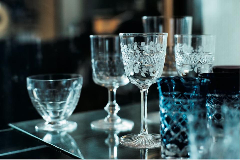 「グラスはどんなものも受け入れる 〝器量〞 があるけれど、それでいて、何にも染まらない潔癖な感じが好き」と山藤さん。〈バカラ〉のオールドグラスがショーケースの中で煌めく。