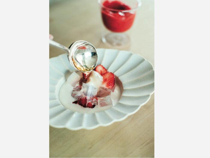 苺と寒天のスイーツを安藤雅信の白マット釉の花 形盛皿に。