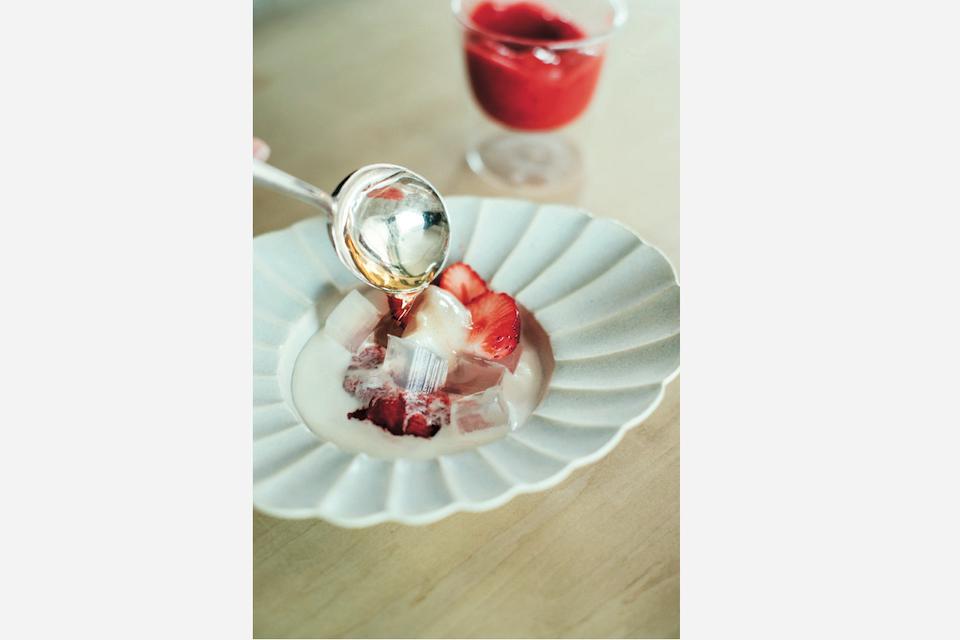 苺と寒天のスイーツを安藤雅信の白マット釉の花形盛皿に。