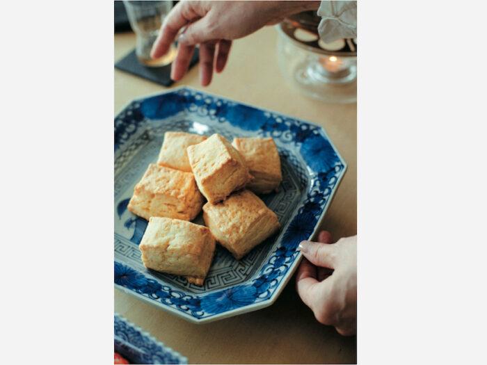 来客時のおもてなしに焼き菓子を作ることも。山水図が描かれた古伊万里に盛り 付けてみると、生地の優しい色みと呉須の相性の良さに気付く。