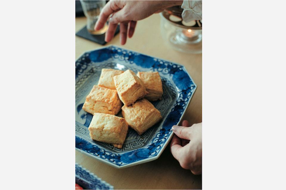 来客時のおもてなしに焼き菓子を作ることも。山水図が描かれた古伊万里に盛り付けてみると、生地の優しい色みと呉須の相性の良さに気付く。